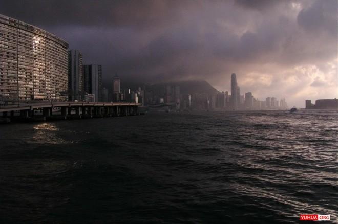 北角之波诡云谲:摄于北角码头渡船,其时浓云大作,天色骤暗,顷之又为夕阳驱散,气氛十分诡谲。 / 2005-05-15 18:14