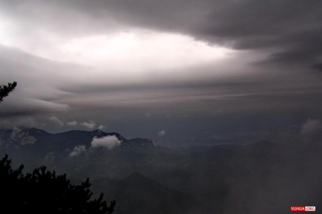 安徽天柱山天蛙峰,天色晦暗,几不见路,突开天眼,豁然开朗。 / 2005-10-03 17:20