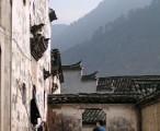 穿行于错落的古居间,远处青山映衬 / 2008-01-11 14:03